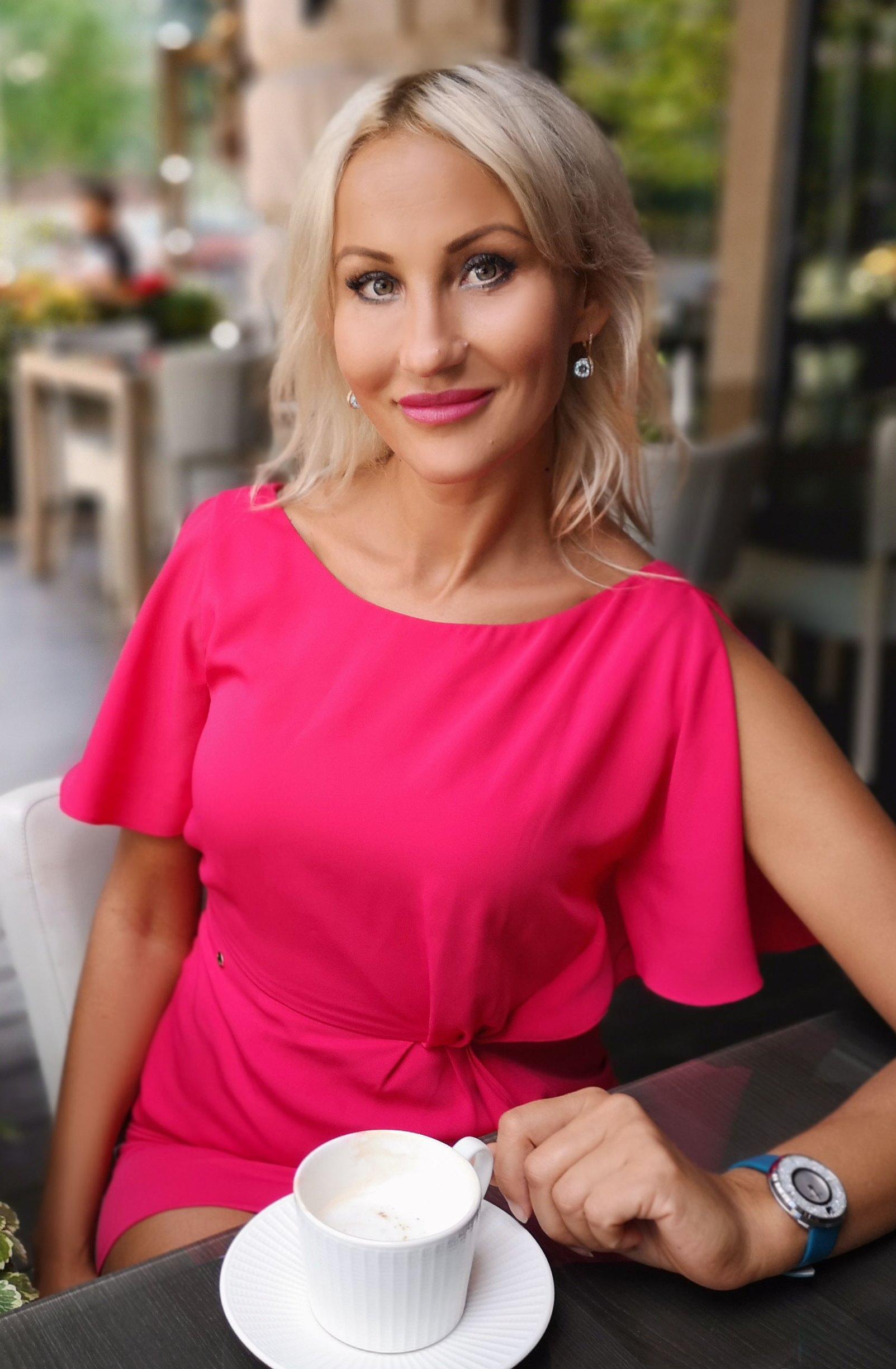Agence matrimoniale rencontre de Alina belle femme célibataire de 43 ans, Châtillon.